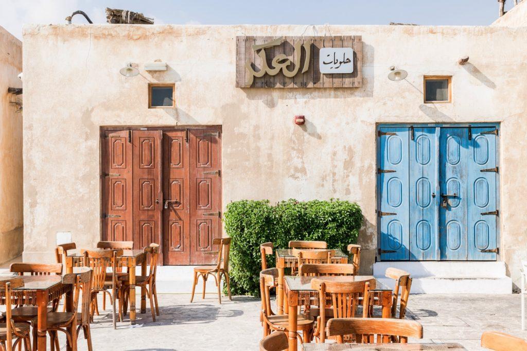 Café devant la plage d'Al Wakrah