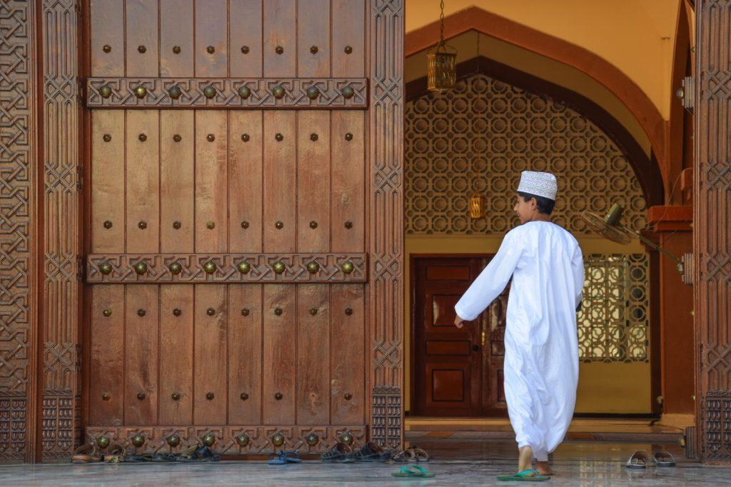 Enfant dans une mosquée de Nizwa, Oman