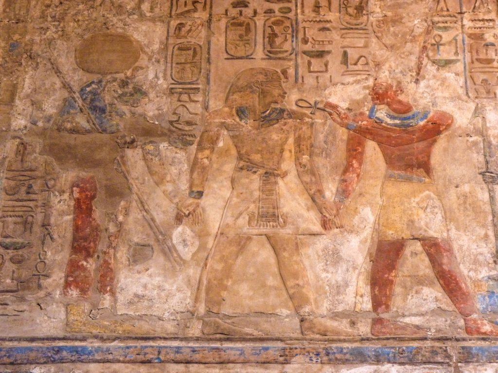 Fresque murale dans les temples de Karnak à Louxor