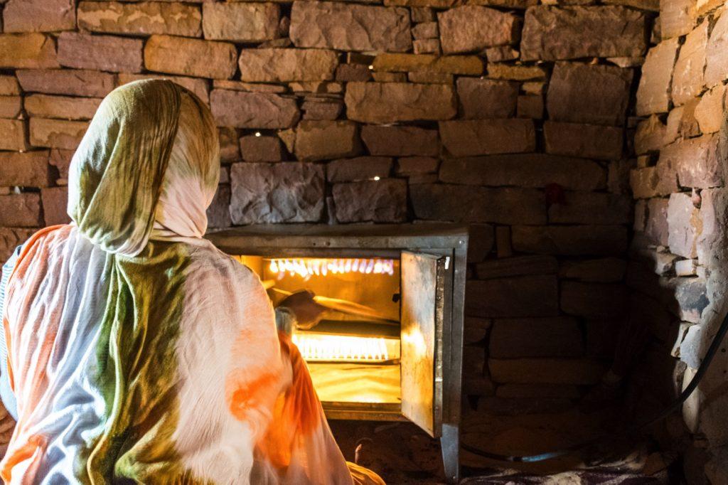 Cuisson du pain dans un village de Mauritanie