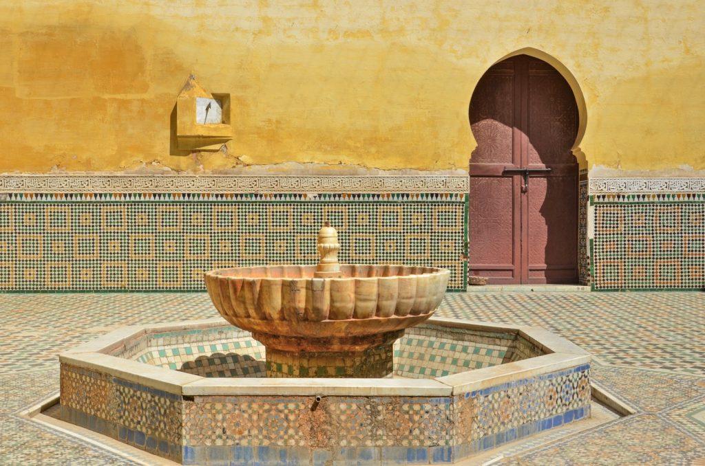 Cour du mausolée Moulay Ismail à Meknès