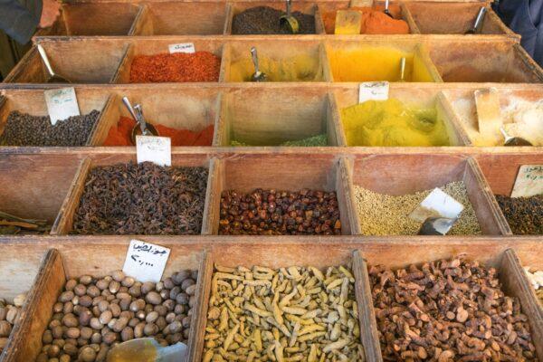 Epices sur le marché d'Aqaba en Jordanie