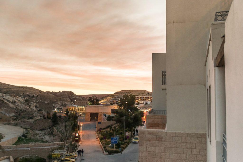Vue depuis la terrasse de la chambre au Mövenpick Resort Petra