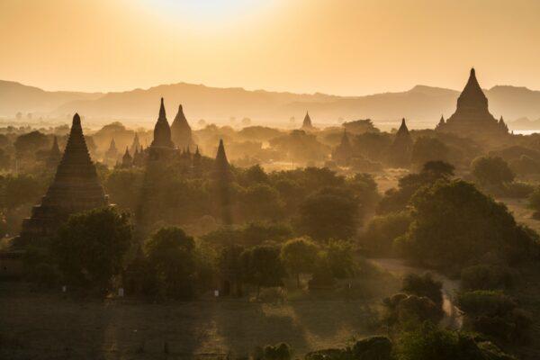 Coucher de soleil à Bagan en Birmanie