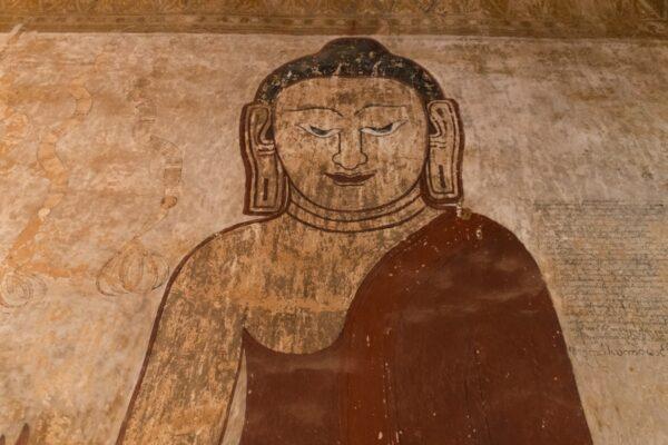 Fresque sur un mur dans un temple de Bagan