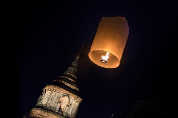 Lâcher de lanterne dans un temple de Chiang Mai