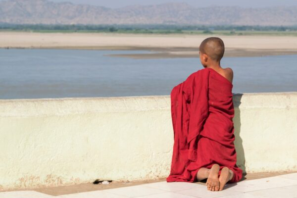 Moine devant l'Irrawaddy à Bagan