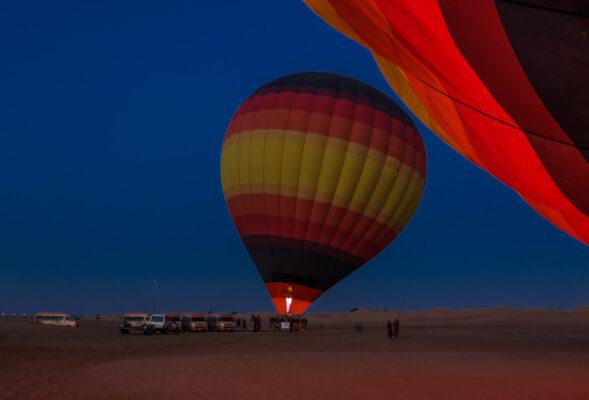 Préparatifs du vol en montgolfière à Dubaï