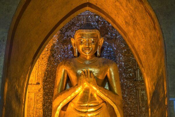 Statue du Bouddha au temple Ananda de Bagan