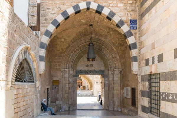 Entrée d'une mosquée de Tripoli au Liban