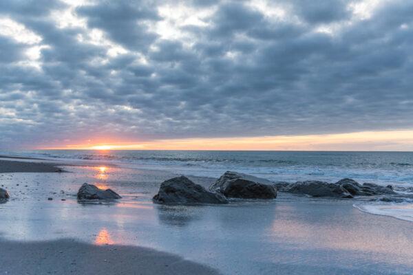 Sunset sur la plage d'Hokitika, étape de road trip en NZ