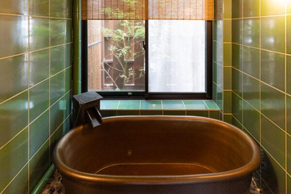 Bain dans la chambre du Junei Hotel de Kyoto