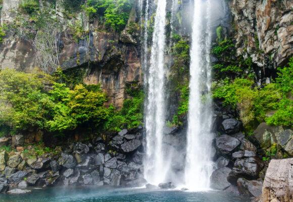 Jeongbang waterfall sur l'île de Jeju