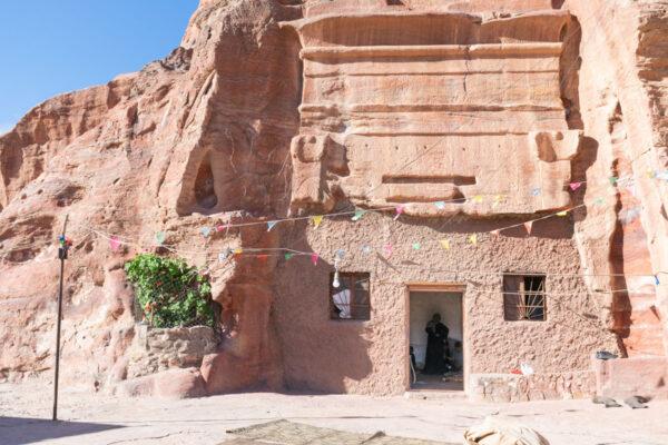 Façade / maison de pétra toujours habitée en Jordanie