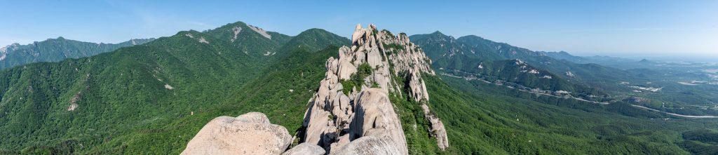 Panorama depuis le sommet d'Ulsanbawi dans le parc Seoraksan