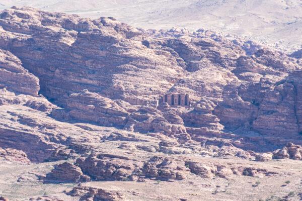 Zoom sur le monastère de Pétra (al Deir) depuis le jebel Haroun