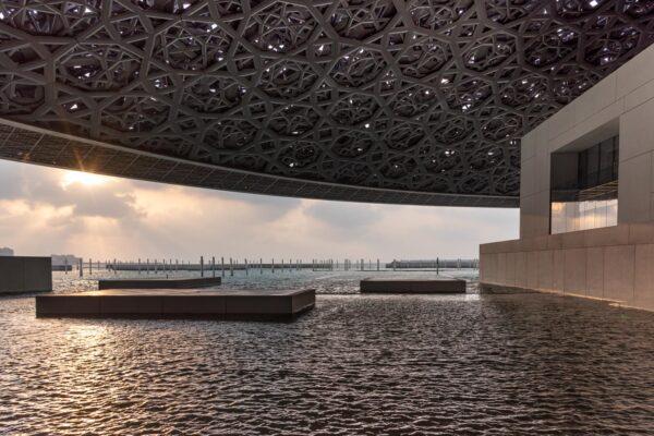 Architecture extérieure du musée du Louvre à Abu Dhabi