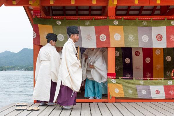 Cérémonie au sanctuaire d'itsukushima