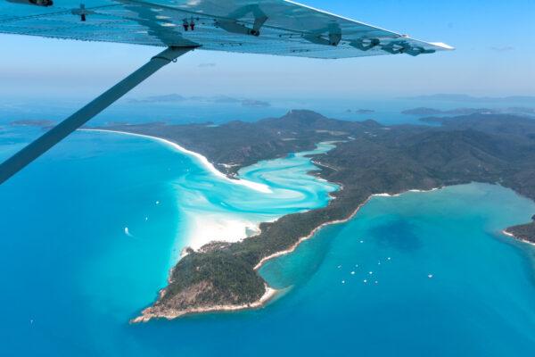 Survol de la barrière de corail et des Whitsunday Islands