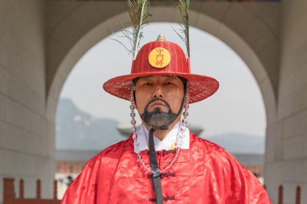 Garde devant un palais de Séoul