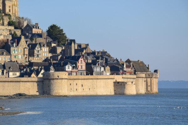 Mer qui encercle le Mont Saint-Michel lors d'une grande marée