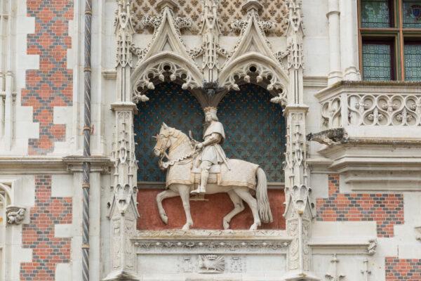 Statut à l'entrée du château de Blois