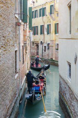 Gondoles dans des petits canaux à Venise