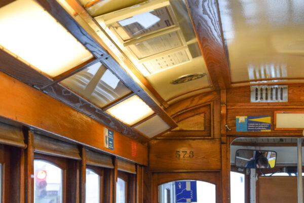 Intérieur du tram 28 à Lisbonne