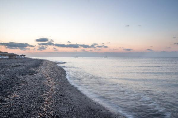 Plage de Perivolos à Santorin
