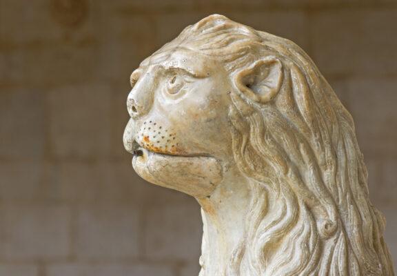 Sculpture de lion dans le monastère