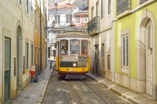 Tram 28 dans une ruelle étroite de l'Alfama à Lisbonne