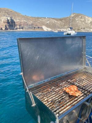 Barbecue sur un catamaran à Santorin