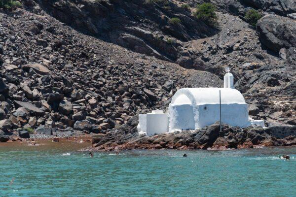 Eglise près des sources chaudes du volcan de Santorin