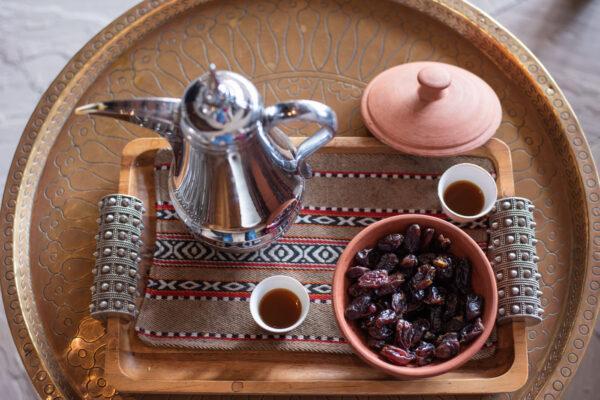 Café arabe et dattes dans un hôtel de luxe omanais
